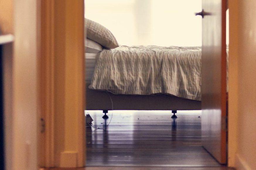 puerta cama dormitorio feng shui